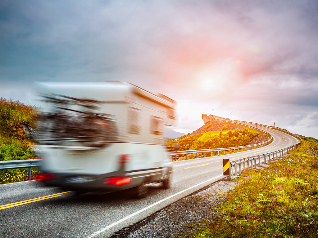 Camper o caravan? Due filosofie di viaggio differenti. I pro e contro che guidano la tua scelta