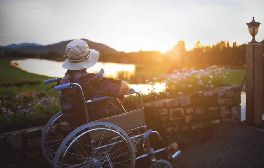 persona sulla sedia a rotelle che si gode la sua vacanza con un camper attrezzato per disabili